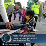 印尼5歲小童騎機車被攔,哭求警察伯伯不要扣車