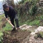 【暖聞】心疼孩子們走山路上學被露水濕鞋,72歲的他義務鋤草修路、一做十年…