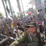 警方失守!八百壯士進攻立院 辣椒水、煙霧彈齊發 警察記者都遭攻擊