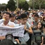 新五四運動》反管學生舉布條「路過」傅鐘 與挺管民眾爆發衝突