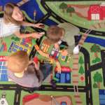 課桌椅搬走,改放毛毯、搖椅、懶骨頭!老師把教室改造成Google辦公室,半年後效果驚人…