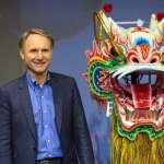 《達文西密碼》作者訪台宣傳新書!丹布朗:蘭登教授比我聰明勇敢,未來不排除把台灣寫進小說裡!