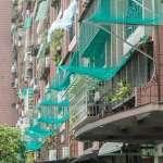 天龍國奇觀!台北舊公寓磁磚狂掉,居民竟架網子攔截?當地人無奈道出「老屋拉皮」的代價