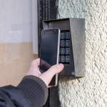 蘋果正悄悄將iPhone變萬用鑰匙!一機在手就能開家門、飯店房門,還有野心想取代「它」…