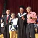 中年大叔發憤念書 大學畢業董座獲董事長獎
