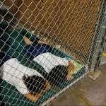 「他一言不發,手中緊抓著媽媽的照片」美媒直擊德州非法移民處置中心:孩童被關在籠子裡,小小心靈嚴重受創