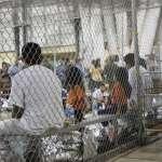 「他一言不發,手中緊抓著媽媽的照片」 《美聯社》直擊德州非法移民處置中心:年幼孩童被關在籠子裡,小小心靈嚴重受創!