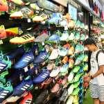 搶4年1度足球商機 各家業者推色彩繽紛釘鞋