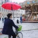 太方便!法魔術師研發超神奇「漂浮雨傘」,走到哪跟到哪、雨天騎單車再也不害怕!