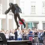 有片》太帥啦!鋼鐵人「噴射飛行裝」竟成真、還開賣了!街頭試飛又穩又快,路人全驚呆!