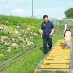 搜救犬「腿腿」挑戰世界盃冠軍賽 林佳龍送平安符與加菜金