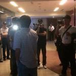 警方違法破門 民主鬥陣:威權暴力的客房服務