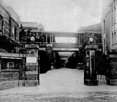 台北煙草工場每天七點上班,五點下班,沒有週末放假,月休二日和十六日兩天。(圖/麥田出版提供)