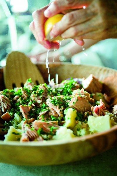 圖片來源/ 愛米粒出版提供   善用檸檬香氣,檸檬汁淋在鮪魚上可以除腥味。