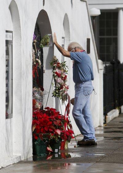 一名白人男子在伊曼紐教堂前致意。(美聯社)