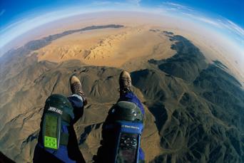 以雙腳起降的動力飛行傘讓史坦梅茲用史無前例的方式一窺人跡罕至之境。(圖/史坦梅茲攝影,國家地理雜誌提供)