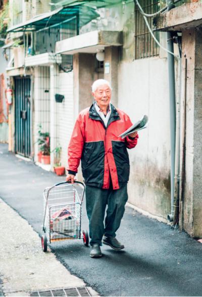雖然現在賣報紙已不是為了討生活,董爺爺依舊每天推著菜車,為老訂戶親自送報到府。(圖/小日子提供)