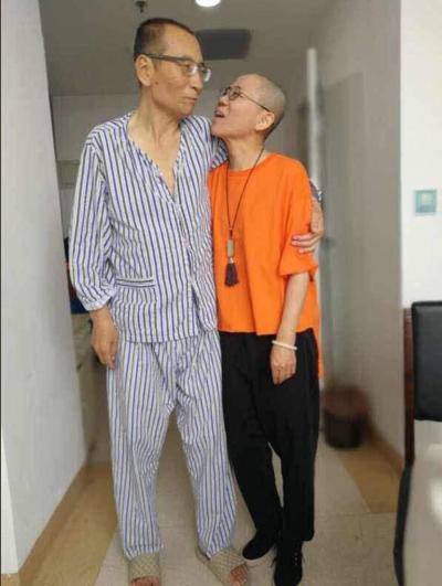 肝癌末期的劉曉波與妻子劉霞近照,劉曉波看來身形消瘦、氣色不佳。(胡佳推特)