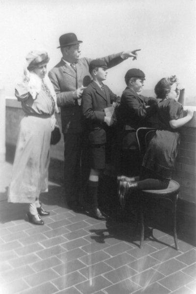 1922年,柯南.道爾(左2)與他的妻兒(Wikipedia/Public Domain)