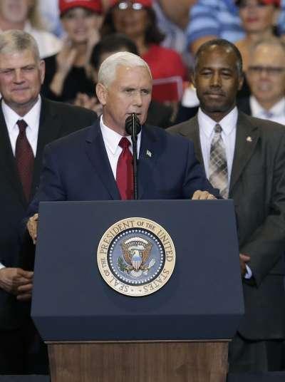 川普22日在亞利桑納州鳳凰城對支持者演講,副總統彭斯陪同。(美聯社)