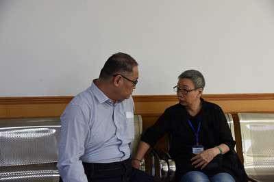 20170911-庭審結束後,法庭安排李明哲與母親會面。(取自湖南省岳陽市中級人民法院網站)