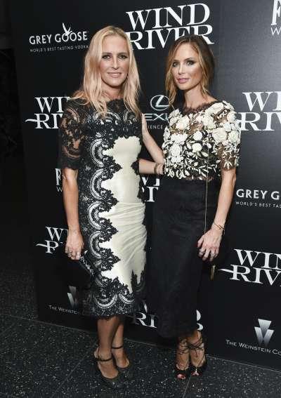 好萊塢知名製作人溫斯坦被控性騷擾的,其設計師妻子查普曼(右)宣布將和他離婚。(美聯社)