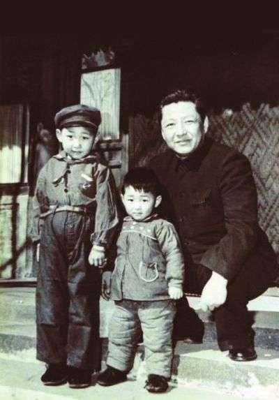 習近平(左)與父親習仲勳、弟弟習遠平。(維基百科公有領域)