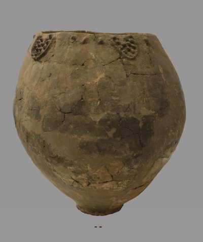 喬治亞國家博物館提供的新石器時代古陶罐照片,最新研究在類似這種古陶罐的碎片上發現葡萄酒的物質(美聯社)