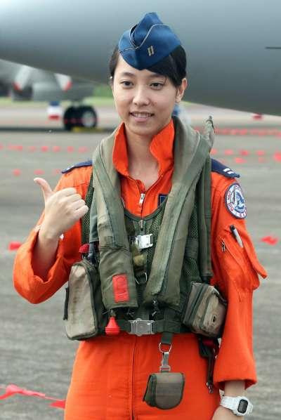 20171121-空軍新竹基地上午舉行營區開放活動。圖為幻象戰機第一位完訓的女飛官蔣青樺中尉。(蘇仲泓攝)