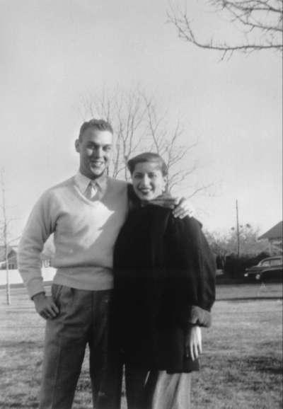 美國聯邦最高法院大法官金斯堡,1954年與新婚丈夫合影。(美聯社)