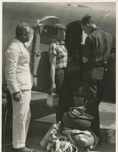 1937年6月28日,艾爾哈特(中)與努南(右)在澳洲達爾文市(Wikipedia/Public Domain)