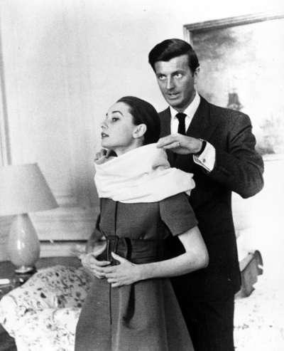 法國傳奇時裝設計師紀梵希(右)與好萊塢女星奧黛麗赫本(左)友誼深厚,紀梵希為赫本打造了優雅迷人的螢幕形象(美聯社)