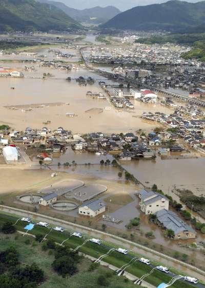 西日本連日大雨,讓岡山縣倉敷市的許多地區都泡在泥水之中。(美聯社)