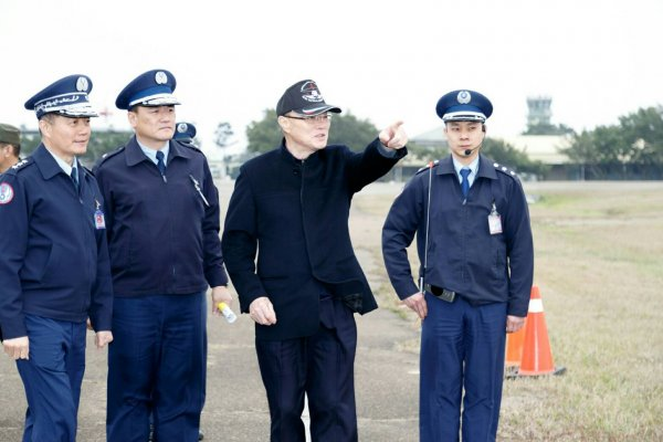 視察清泉崗空軍基地,馮世寬:國防部將提供50萬通報獎金