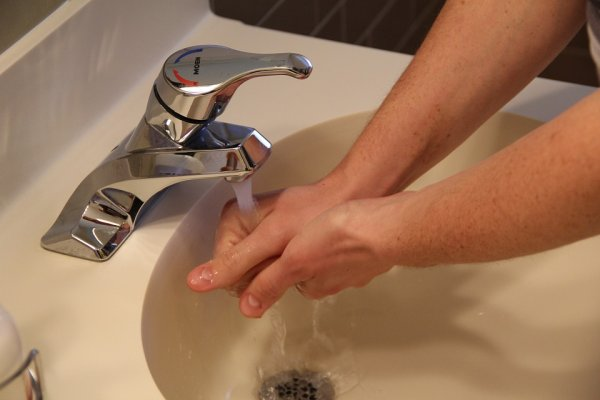 洗手後不擦乾還亂甩,其實很髒啊!小小一個「擦」的動作功效無窮,專家這樣說…