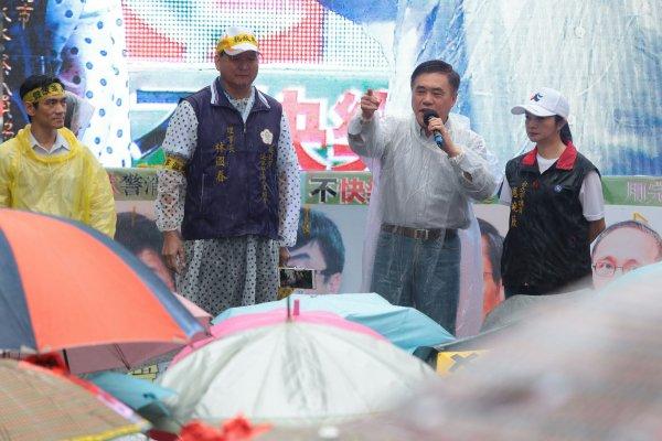 軍公教警消冒雨抗議要尊嚴 郝龍斌:沒人反對年金改革!也不在乎權益受損!