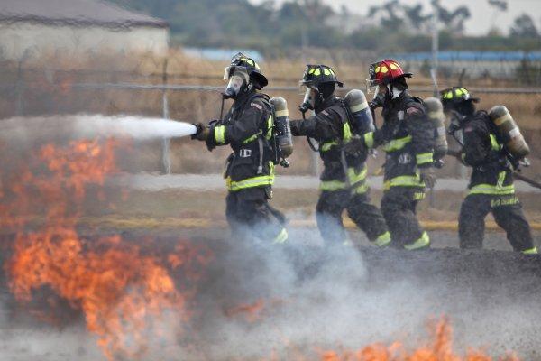 遇到火災躲浴室?往高樓層跑?溼毛巾摀口鼻?消防專家:做這三項你就死定了!