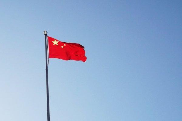 不聽話就抓去關!中國修法,唱國歌一律禁「盲從」美國人把手放左胸,意外引爆怒火