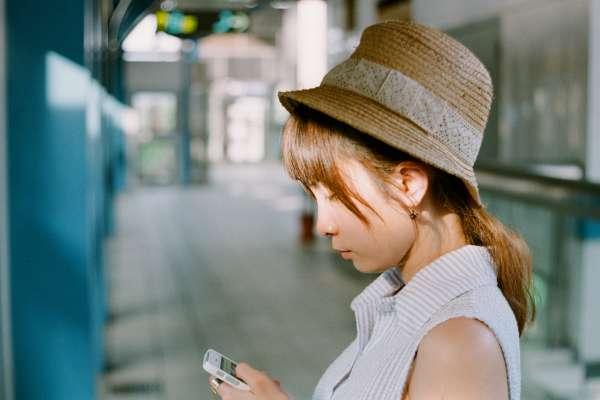 搭公車捷運時,別再低頭滑手機了!日本眼科醫師傳授,通勤時間就能做的視力訓練!