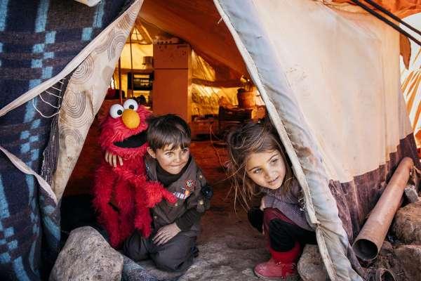 全世界最弱勢的小朋友需要老師,Elmo、Cookie Monster報到!《芝麻街》30億資金推動難民營兒童教育