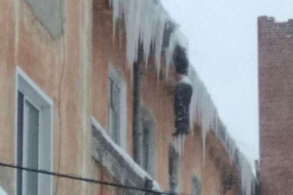 西伯利亞版的「絕命終結站」奇案?一幢學生宿舍窗外,吊掛著一具冰凍男屍……