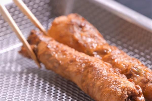 「國民小吃」雞捲裡面沒有雞?跟龍鳳腿有差嗎?揭密台灣人都搞不清的5大「雞捲知識」