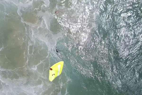 2名少年陷身滔天巨浪怎麼辦?無人機出動成功救援!