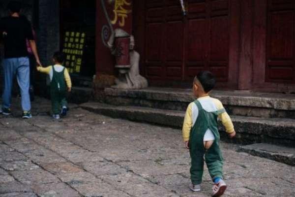 開襠褲vs紙尿褲的文化戰爭:暴露落伍還是環保進步?