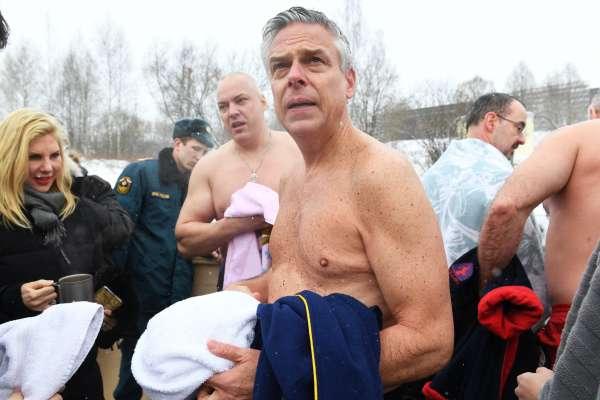 不讓戰鬥民族專美於前!美國駐俄大使也在莫斯科近郊露天泡冰水