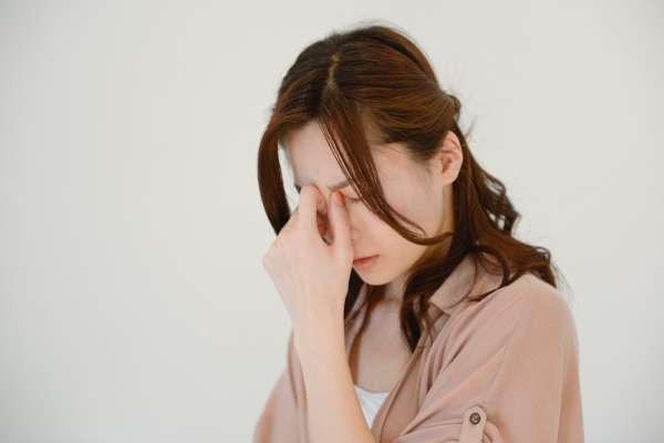 偏頭痛體質,少喝紅酒!神經內科醫師傳授,不吃藥5招預防頭痛發作!
