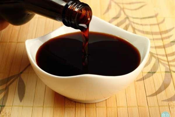 滷味少了醬油沒了色香味,哪種醬油最香最耐煮?專家說挑這款最好!