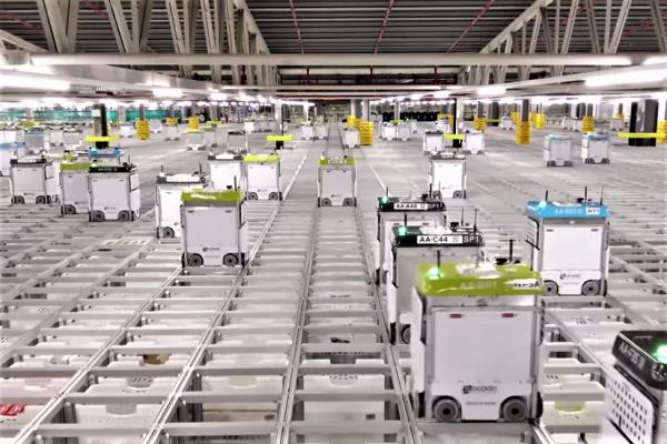 有片》好壯觀!英超市公開「自動倉庫」內部,巨型空間只需3位真人、一天能分50萬件貨…