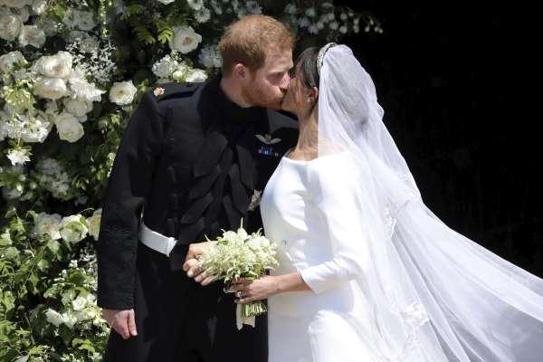 哈利王子世紀婚禮》紀梵希婚紗、王室傳家寶頭飾 歐普拉與喬治克隆尼成座上賓 哈利與梅根喜結良緣
