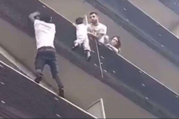 30秒徒手爬上4樓救人!巴黎「蜘蛛人」成法國英雄,馬克宏親自召見